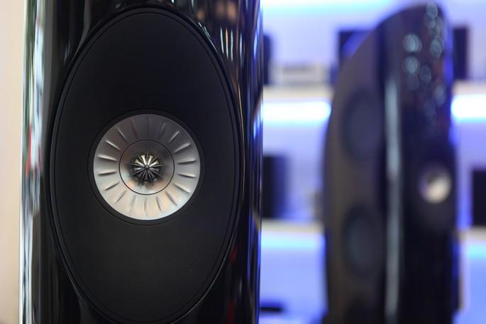 KEF vẫn trung thành với kiểu bố trí loa đồng trục với nón loa treble làm hoàn toàn từ aluminum