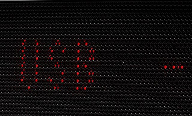 Màn hình hiển thị ẩn sau lớp lưới kim loại rất độc đáo