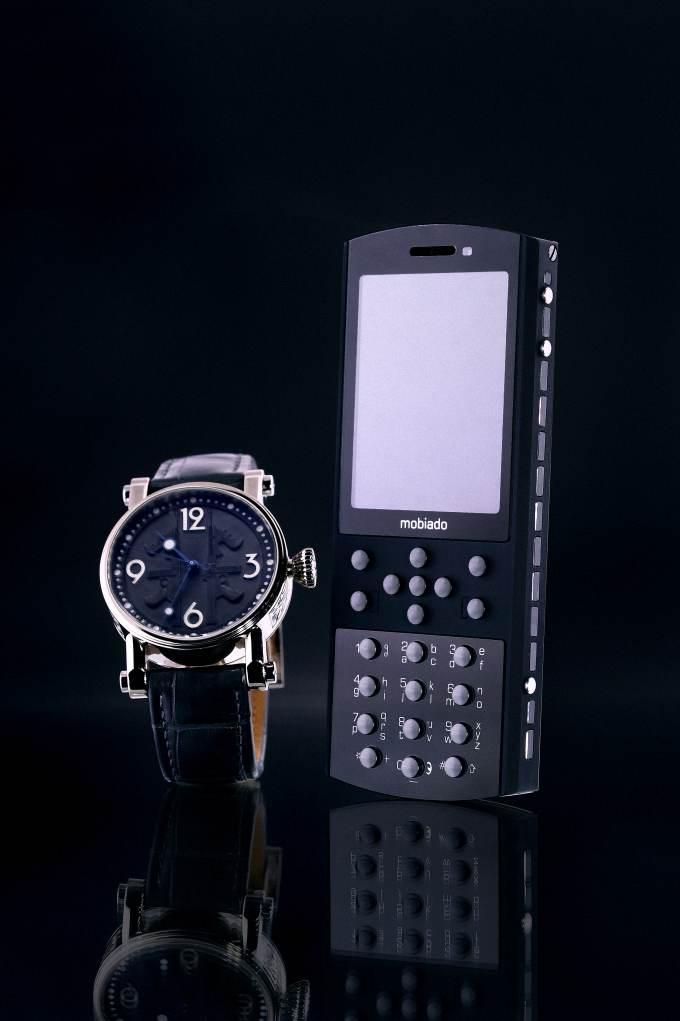 """Với thiết kế của đồng hồ Speake Marin và Điện thoại Mobiado Stealth, 2 sản phẩm này cùng chung với ý tưởng """"tàng hình"""""""