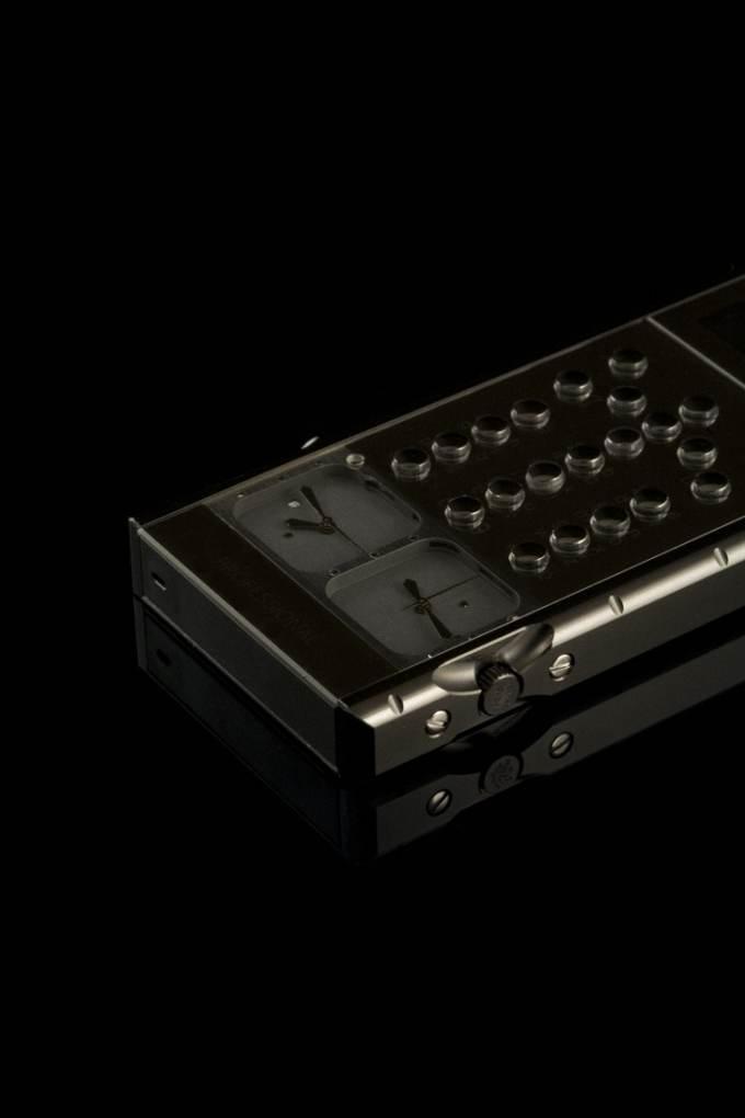 Không dừng lại ở một hình khối được chế tác kỳ công, Mobiado tiên phong đưa chất liệu đá quý để chế tá bộ bàn phím,  mặt trước và mặt sau của điện thoại với trọng lương sapphire lên đến 266 carat