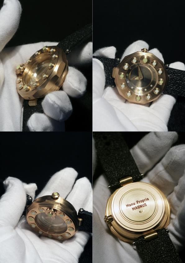 Dòng chữ Manu Propria có trên mặt sau của đồng hồ Angular Momentum
